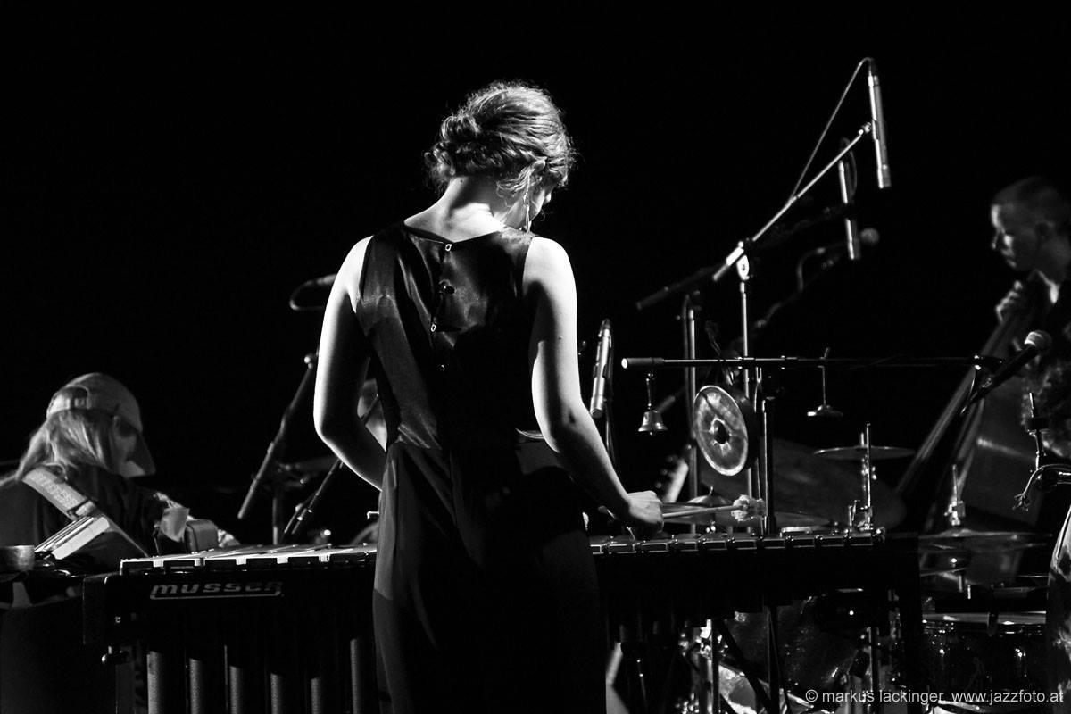 Evi spielt Marimba während einer Live-Performance