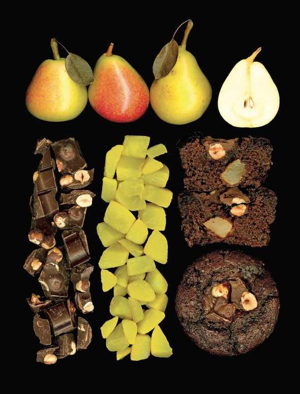Muffin al doppio cioccolato con pere alla curcuma.