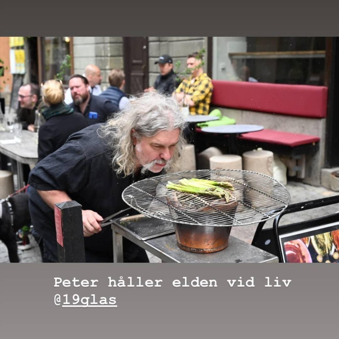 Skönt att se att @aptitud_sthlm hjälper till att hålla ställningarna på @19glas.\nTack Peter för att du kämpar på! 😊 👊\n#supportyourlocal\n(photo by @vinparaden)
