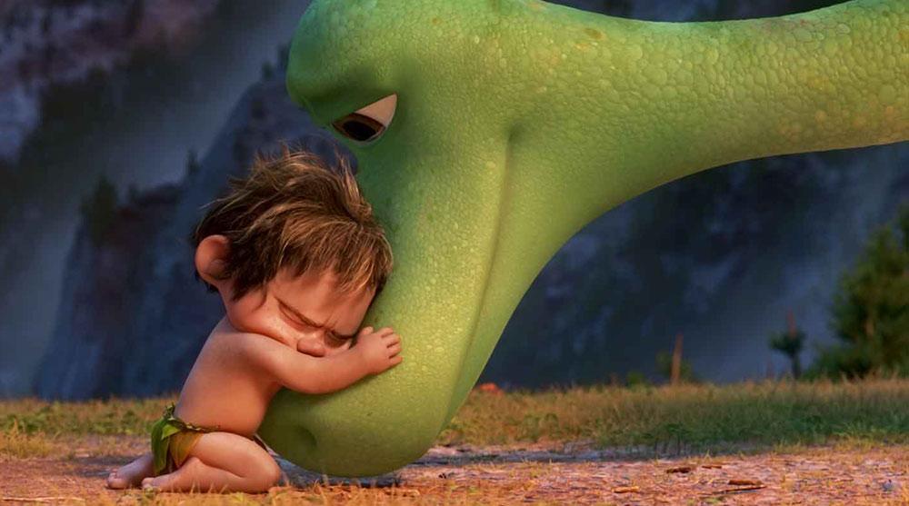 Uma criança abraça a cabeça de um dinossauro.