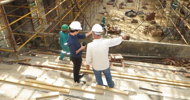 Baustelle mit zwei Leuten im Vordergrund