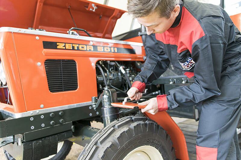 Přidělávání blatníku k traktoru
