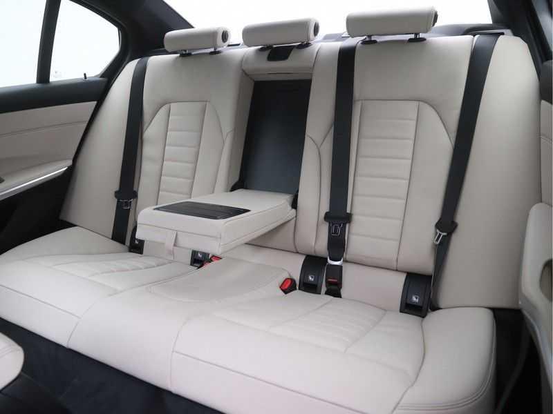BMW 3 Serie Sedan 320i High Executive M-Sport Automaat afbeelding 17