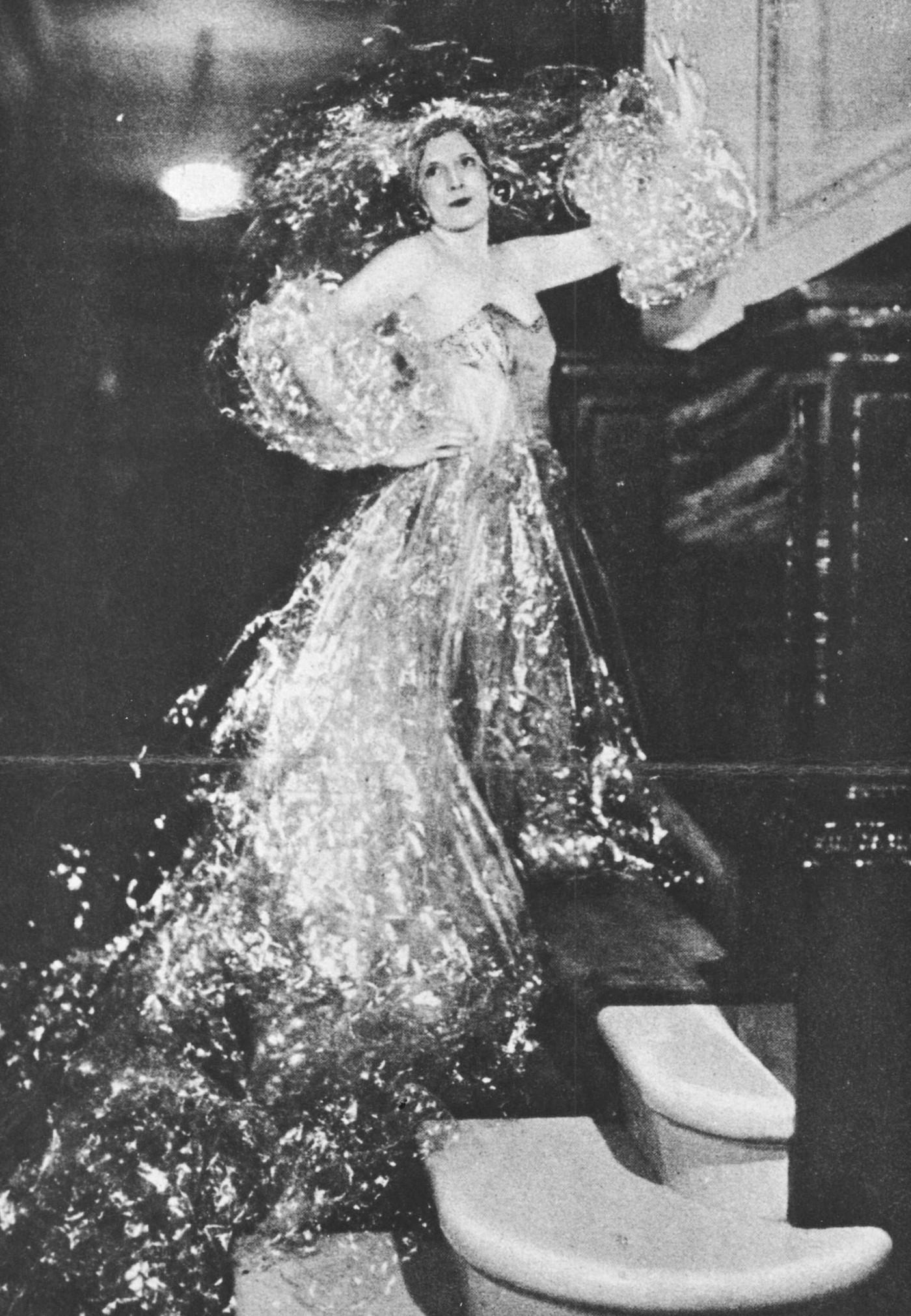 Барбара Картленд вобразе игристого шампанского нарождественском балу в1929году. Фото: Мэри Эванс