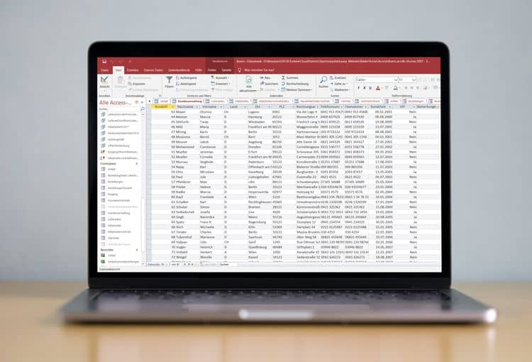 Laptop mit Screenshot einer Access Tabelle
