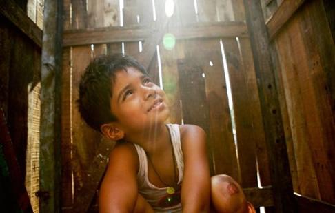 Ayush Mahesh Khedekar as the young Jamal Malik