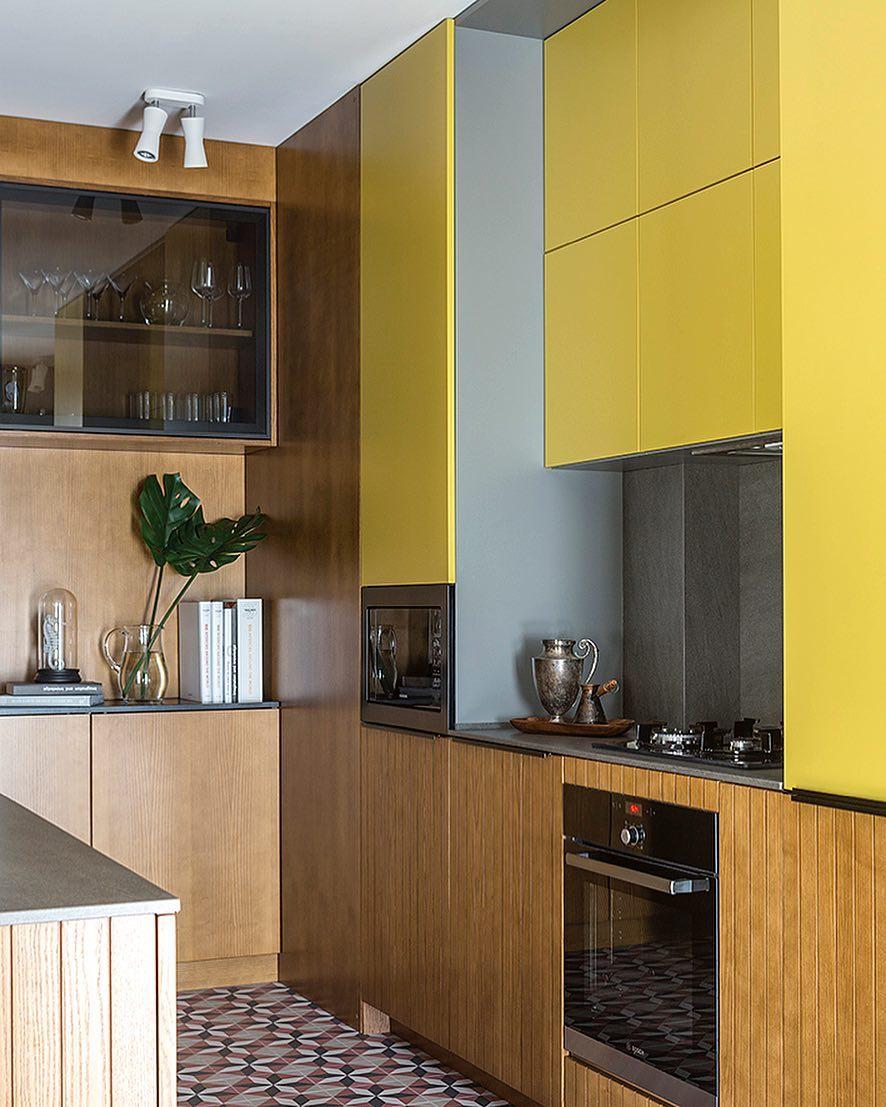 Make Interiors | Кухня мечты, какая она? Для каждого своя- но она может быть любого цвета! Не только бежевого или белого😉😅 Эта кухня бананового цвета в сочетании с натуральным деревом- нижние шкафы как продолжение стены. Реечные фасады навеивают нам о тропиках и поддерживают общую стилистику проекта #tropical_holiday65 ☺️🌴 Вся мебель в проекте выполнена по эскизам и чертежам дизайнеров
