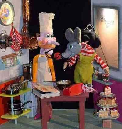 Μια κούκλα μάγειρας και μια κούκλα ποντίκι μαγειρεύουν μαζί σε κουζίνα.