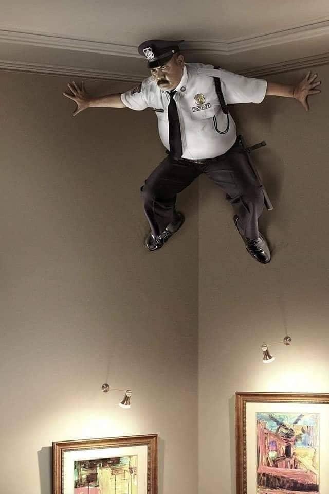 رجل أمن يستلق الحائط ويقف مكان كاميرا المراقبة