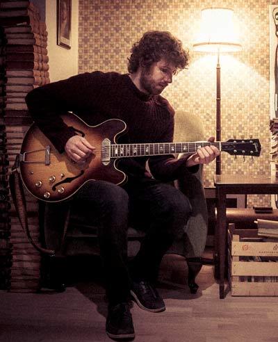 Alex Jøhnsson playing guitar