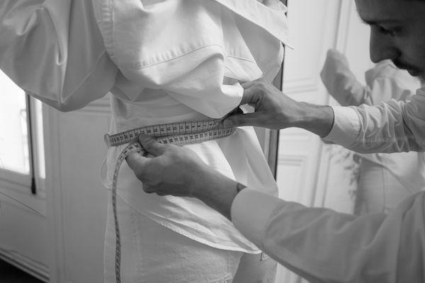 Couturier prenant les mesures d'une cliente