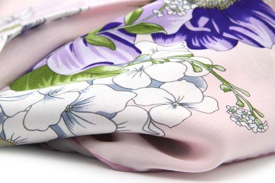 Foulard rose pâle à fleurs blanches et violettes