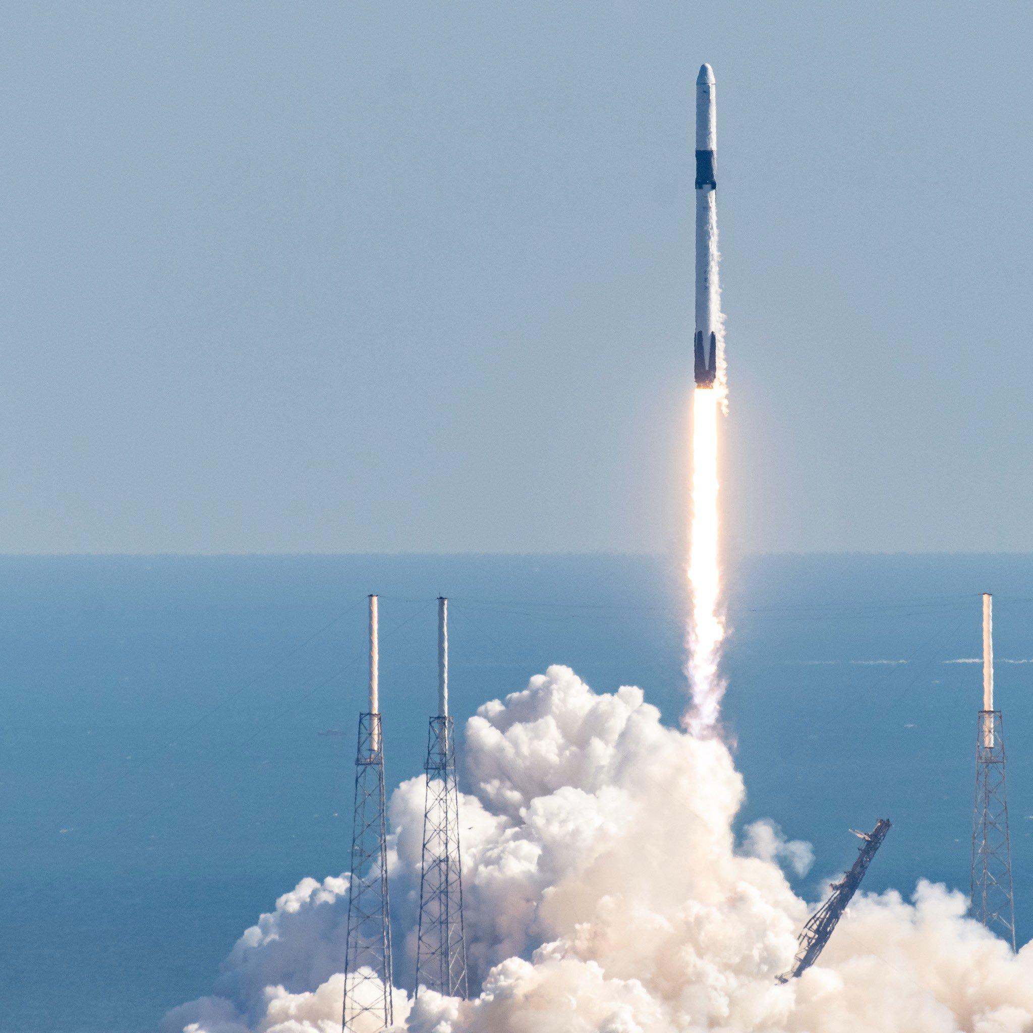 Figure 1: Lansarea rachetei Falcon 9 cu capsula Dragon CRS-19 spre Stația Spațială Internațională (Sursă foto: John Kraus)