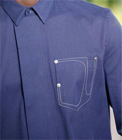 Poche ajoutée sur une chemise bleue