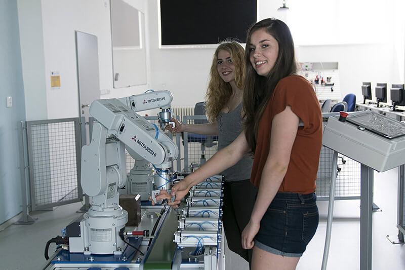 Žačky u robotické linky