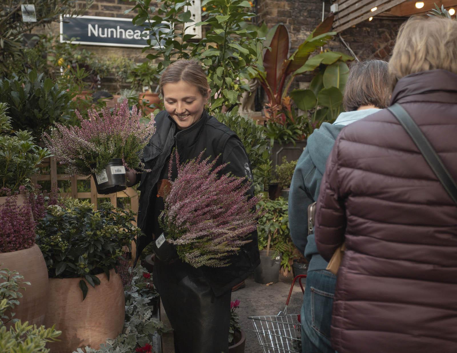 Besucher*innen des Pflanzencenters in London