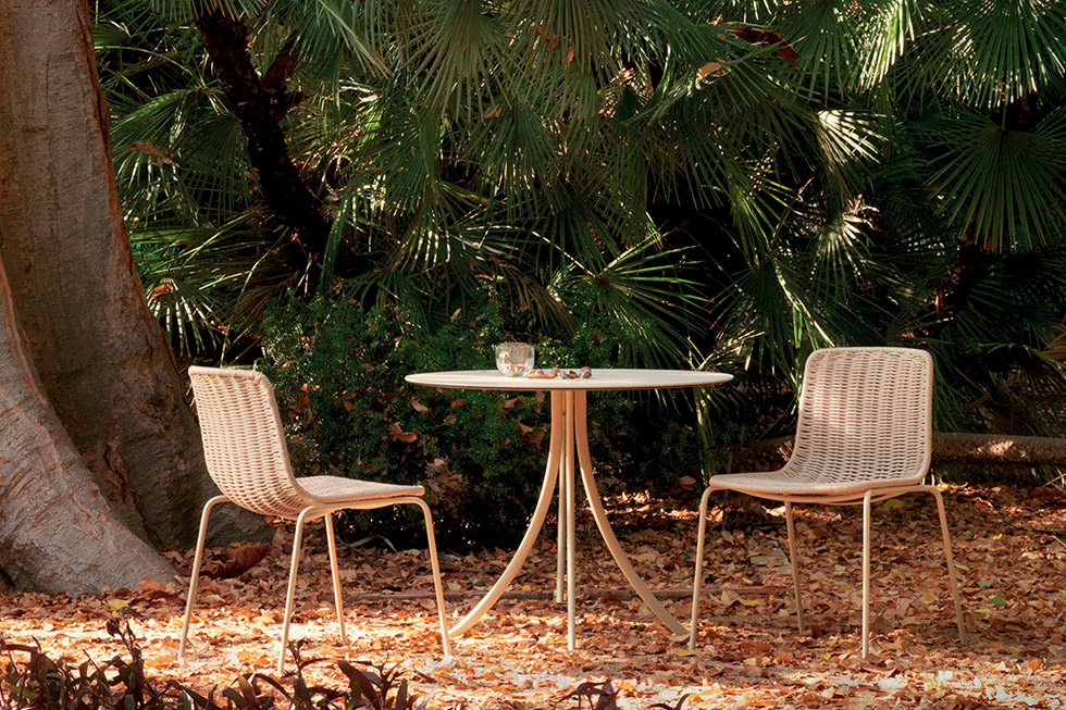 outdoor-bistro-round-dining-table.jpg