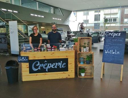Individuell nach Kundenwünschen gestalteter Crepe-Stand bei einem Messecatering