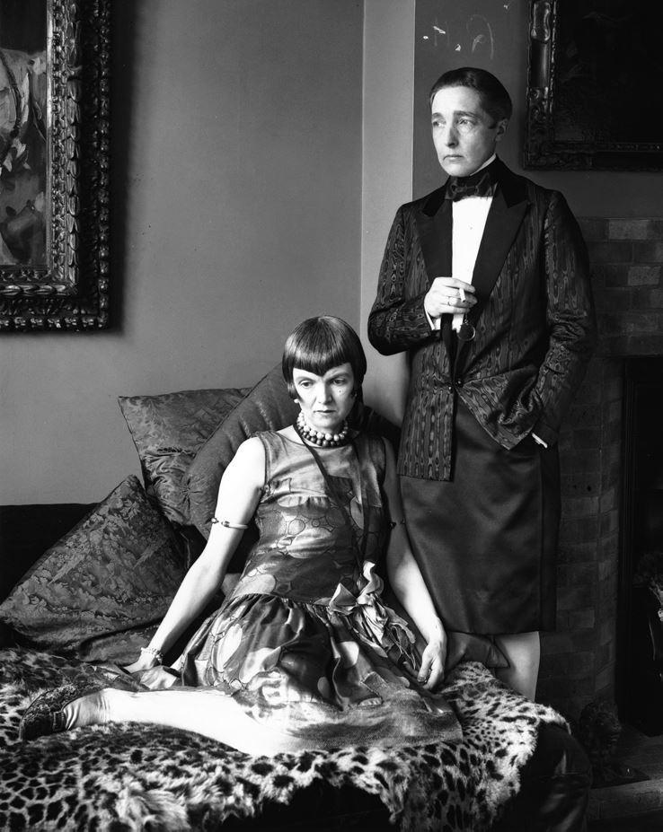 Английская писательница Рэдклифф Холл (1886–1943) с ее стрижкой «Итон» (справа) и ее возлюбленная леди Уна Трубридж (1887–1963) в 1927 году. Источник: Сьюзан Дж. Винсент, «Волосы: иллюстрированная история»