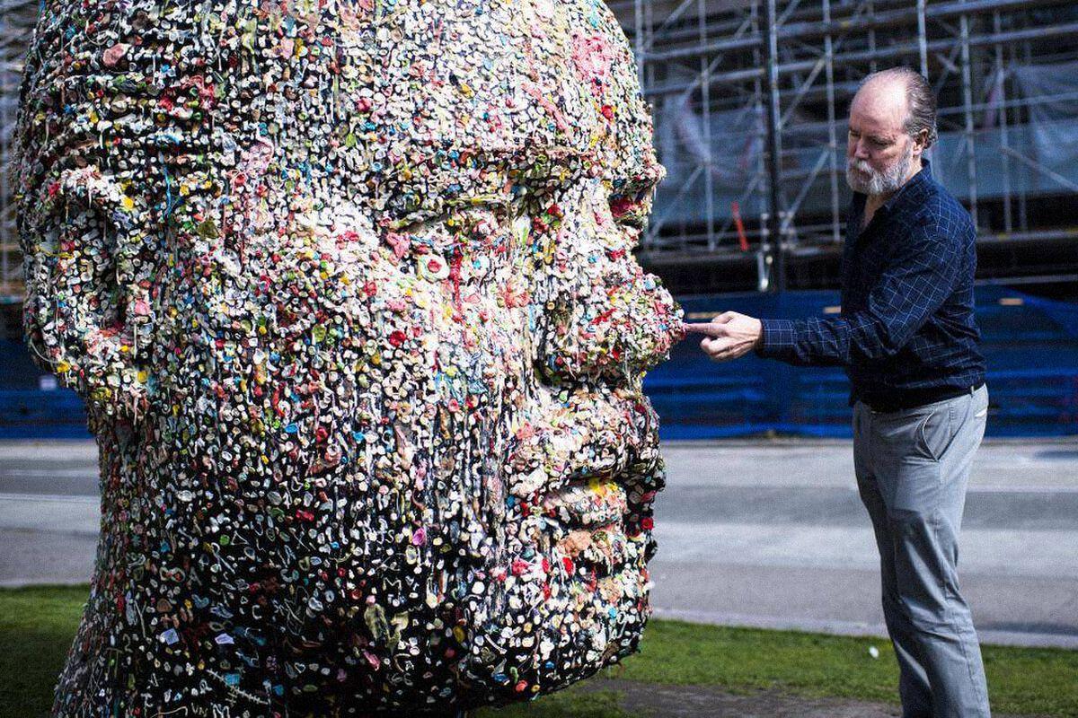 Дуглас Коупленд около своей инсталляции Gumhead вХудожественной галерее Ванкувера. Инсталляция представляет собой обклеенный жвачкой слепок его головы / theglobeandmail.com