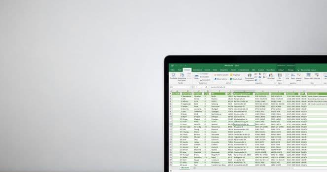 Bildschirm mit ausgedruckten Excel Analysen der ASC Dateien