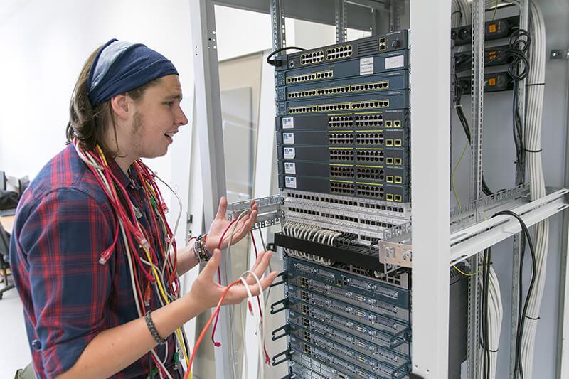 Žák neví, kam zapojit kabely do počítačového serveru