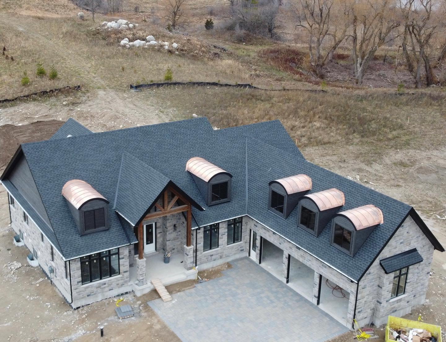 Beautiful roof on this gorgeous Stewarts Landing model home built by @geminihomebuilders in Morriston. . . . #modelhome #gaftimberlinehd #gafmasterelite #copperroof #roofingcontractor #guelphbusiness