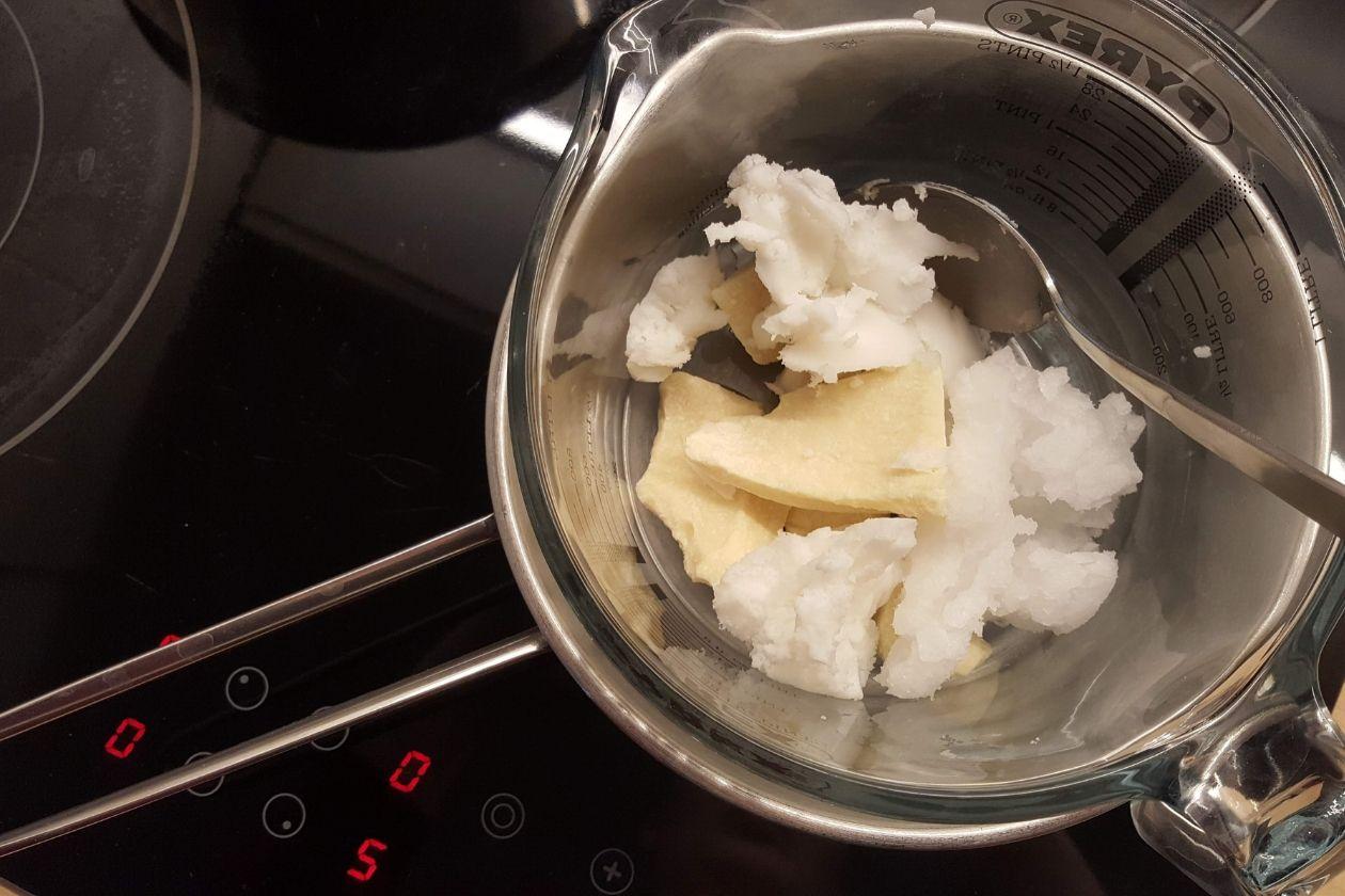 Das Einschmelzen der Zutaten für die Zero Waste Körperbutter über dem Wasserbad