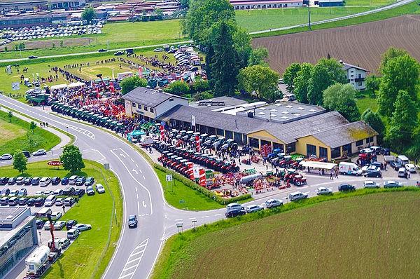 Luftbild des Firmengeländes der Mein Tracktor GmbH in Pettenbach