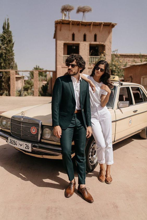 Couple portant des pantalons avec ourlets ajusté et court