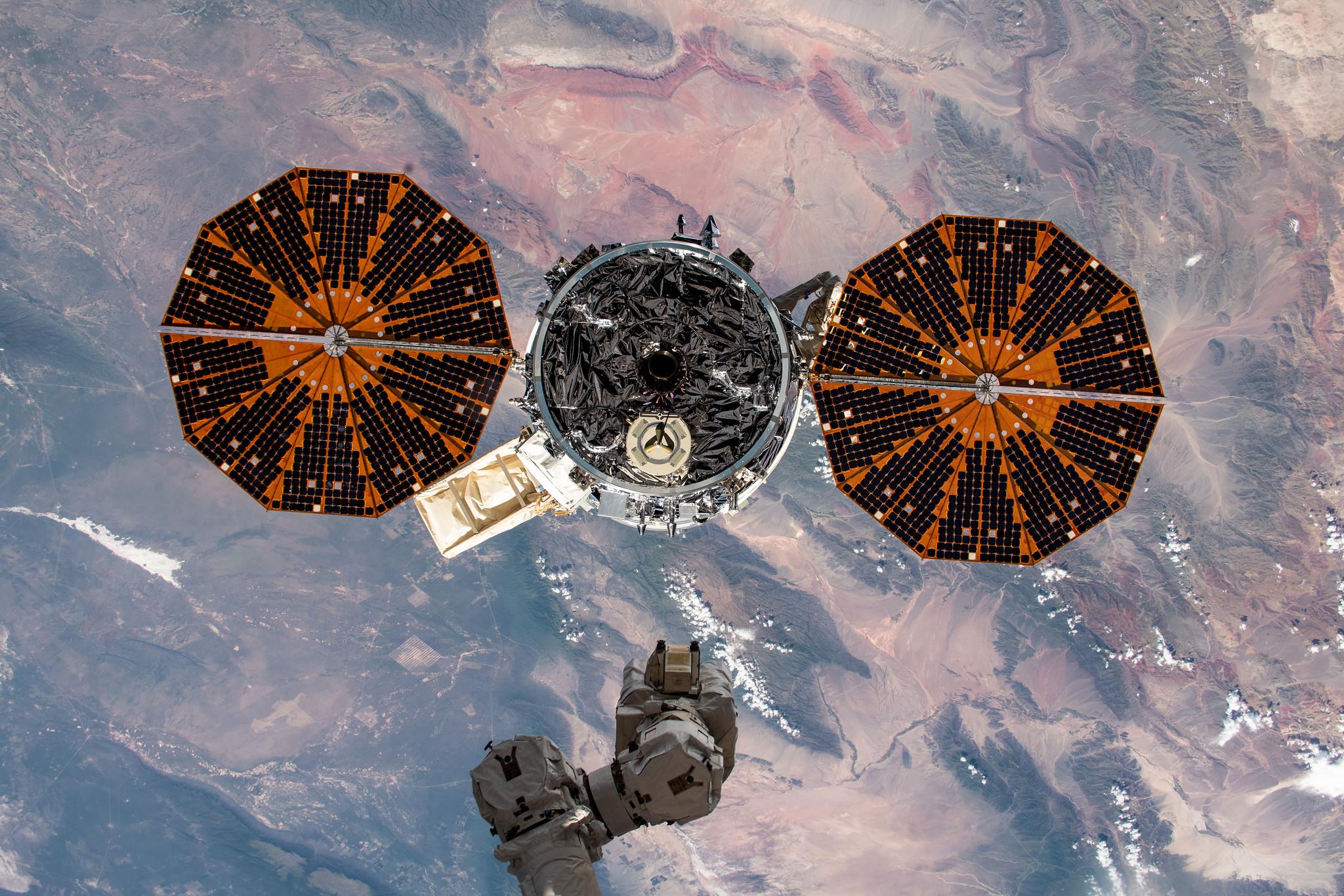 Figure 1: Capsula Cygnus, la câteva secunde după desprinderea de brațul robotic Canadarm2 al Stației Spațiale Internaționale (Sursa foto: NASA)