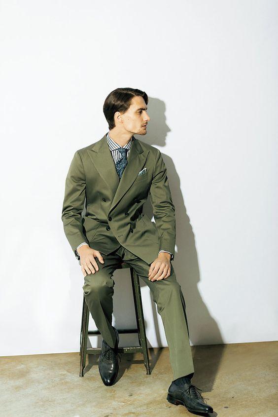 Homme en costume kaki
