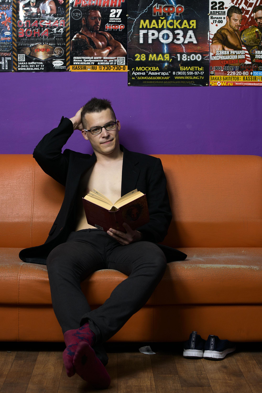 Ярослав Державин с книгой «Эрагон» Кристофера Паолини. Фото: Максим Мармур