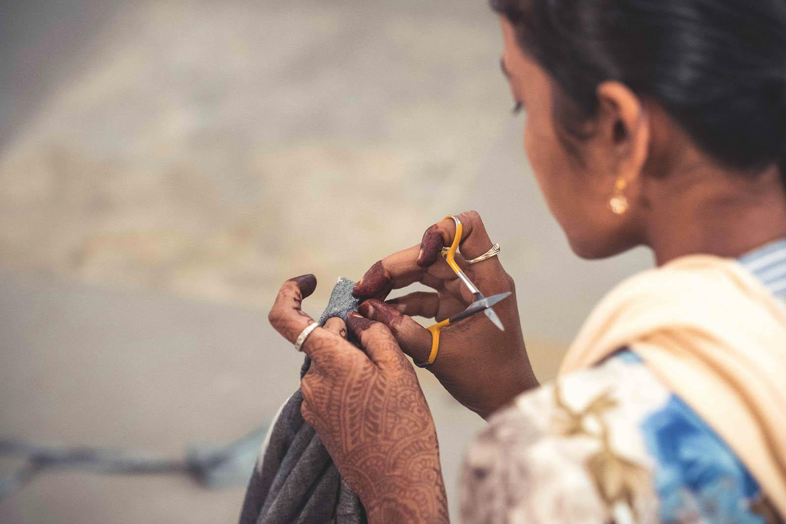 Eine Näherin in Indien die für Jyoti unter fairen Bedinungen arbeitet