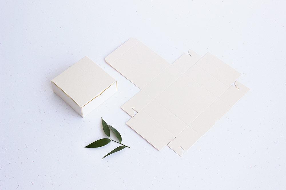Plochá krabička z papíru v krémové barvě