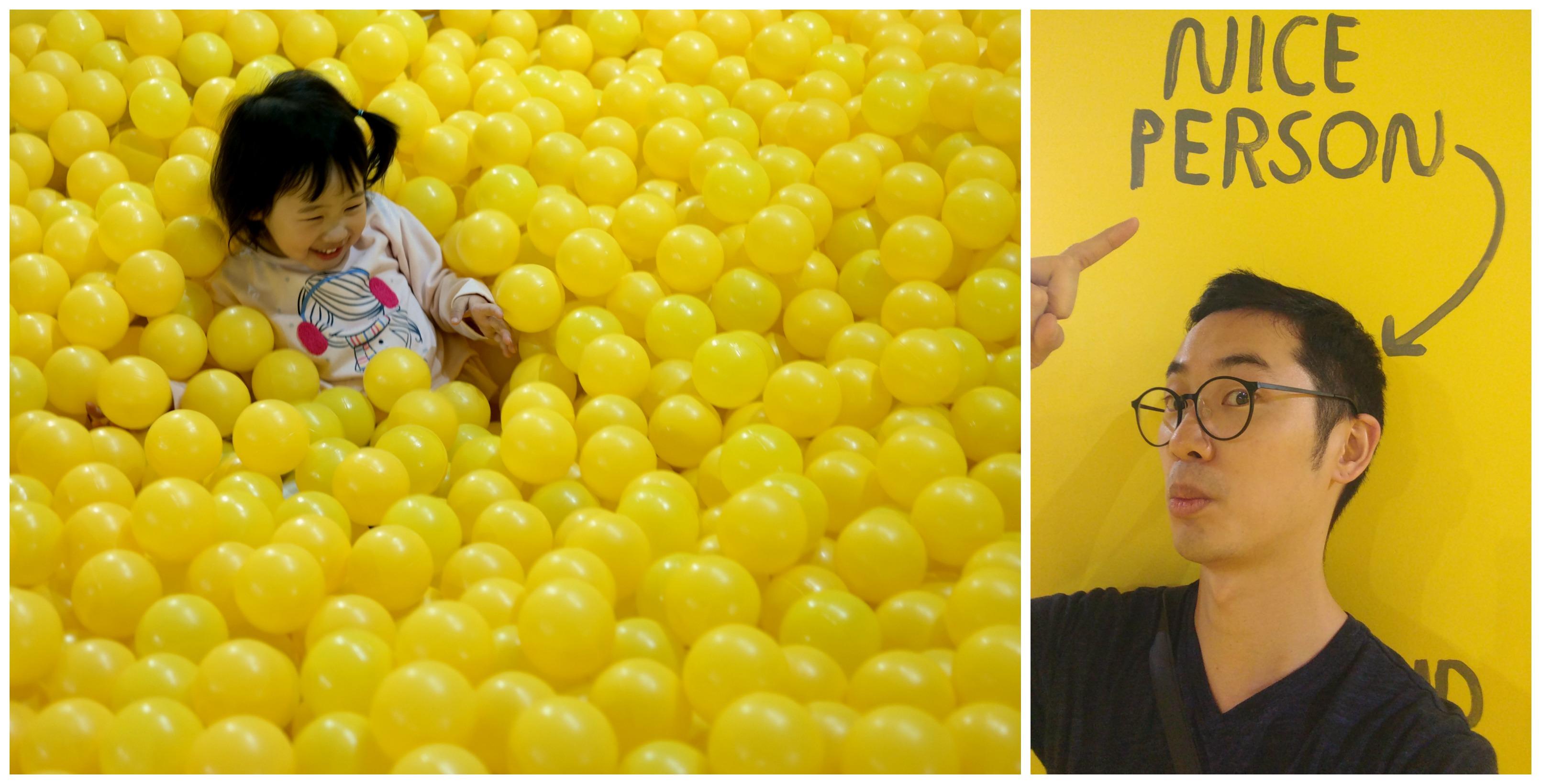 수천 개의 노란 공으로 가득한 노란색 방