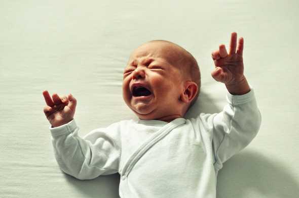 huilende baby op bed