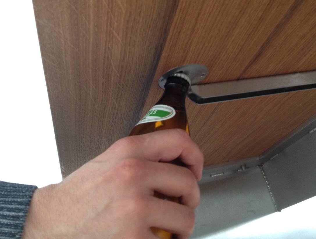 Designtisch mit Bieröffner