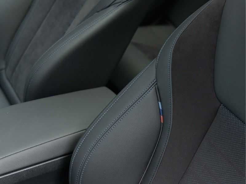 BMW 3 Serie Touring 330i M-Sport - Panorama - 19 Inch M-Performance - Active Cruise Controle afbeelding 19