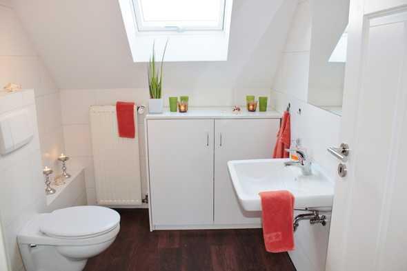 Badkamer met rode handdoek