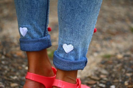 Jean brodé de 2 coeurs blancs sur le bas des jambes
