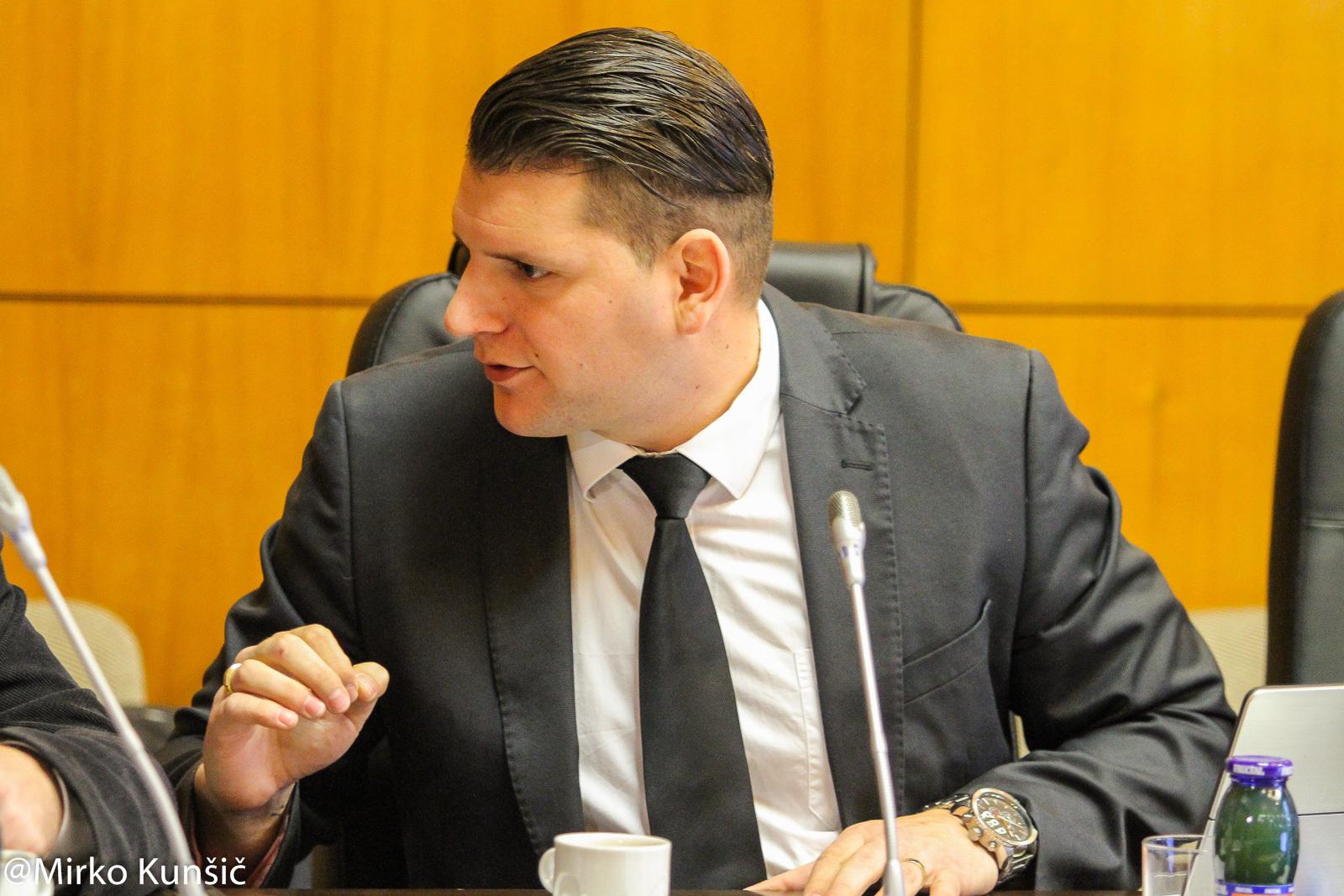 Omare, ki jih je naročil za svetniško skupino Zoran Stevanović, so občinska last? Ali MO Kranj sploh ve, kje so?
