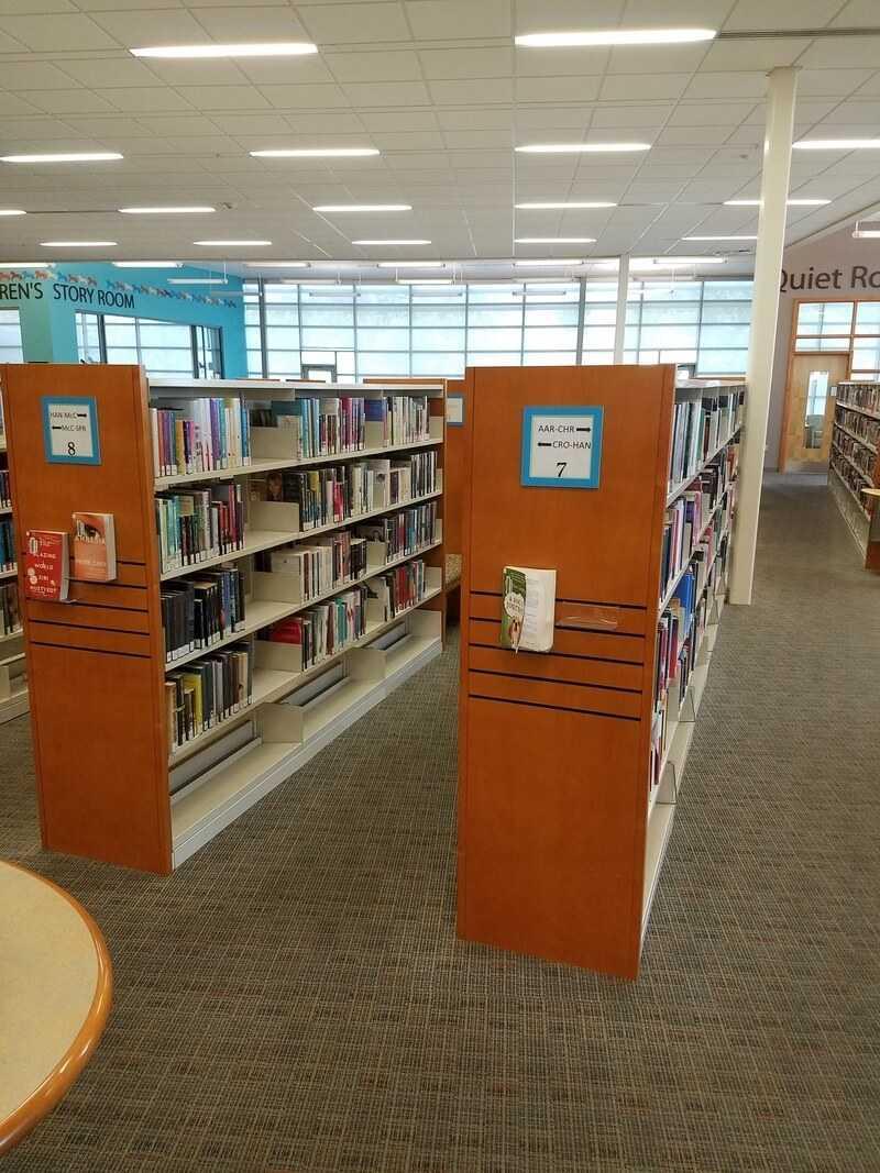 Внутри библиотеки в США. Полки с книгами