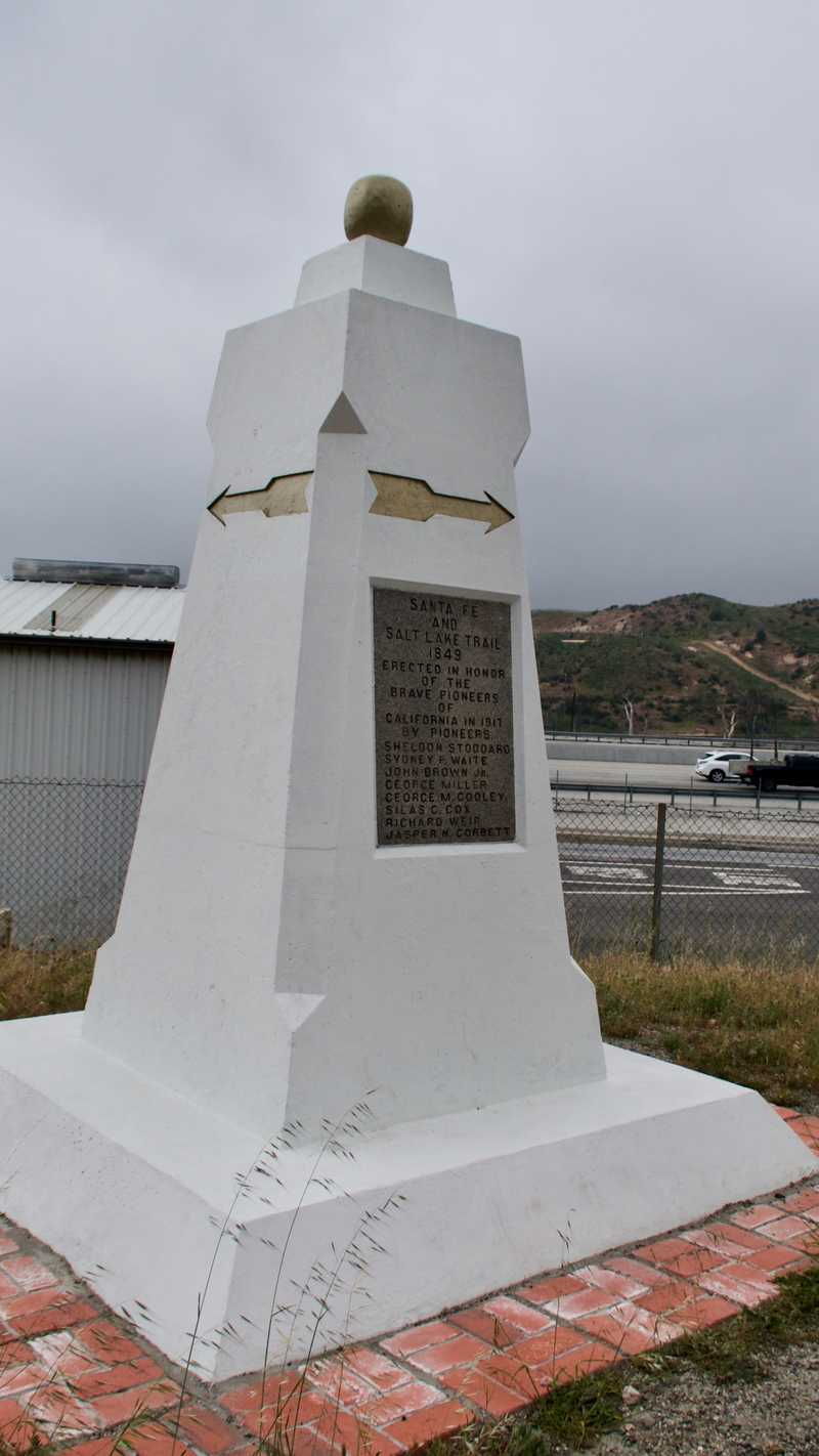 Marker commemorating the Santa Fe and Salt Lake trails