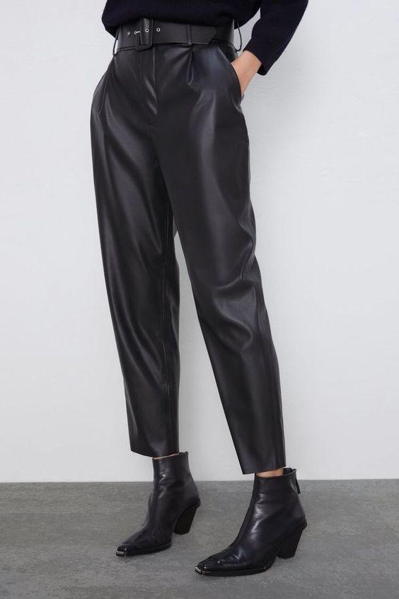 Pantalon en cuir noir large arrivant au dessus des chevilles