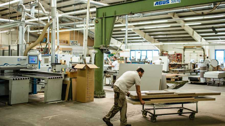Mitarbeiter in Produktionshalle