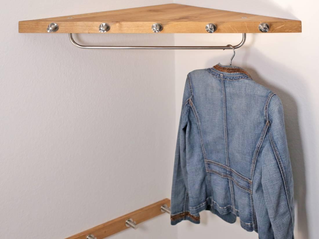 Die Garderobe für wenig Platz wird in jeder Ecke montiert.