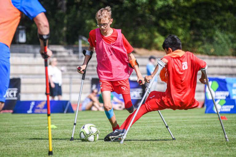 Amputierten-Fußball - Spieler mit 2 Krücken und einem Bein