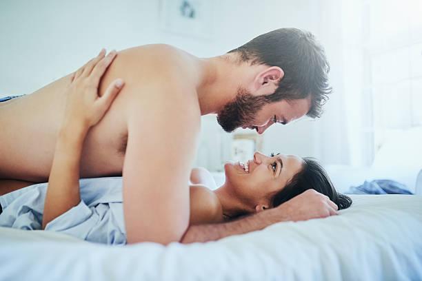 Pareja jugando sexualmente en la cama