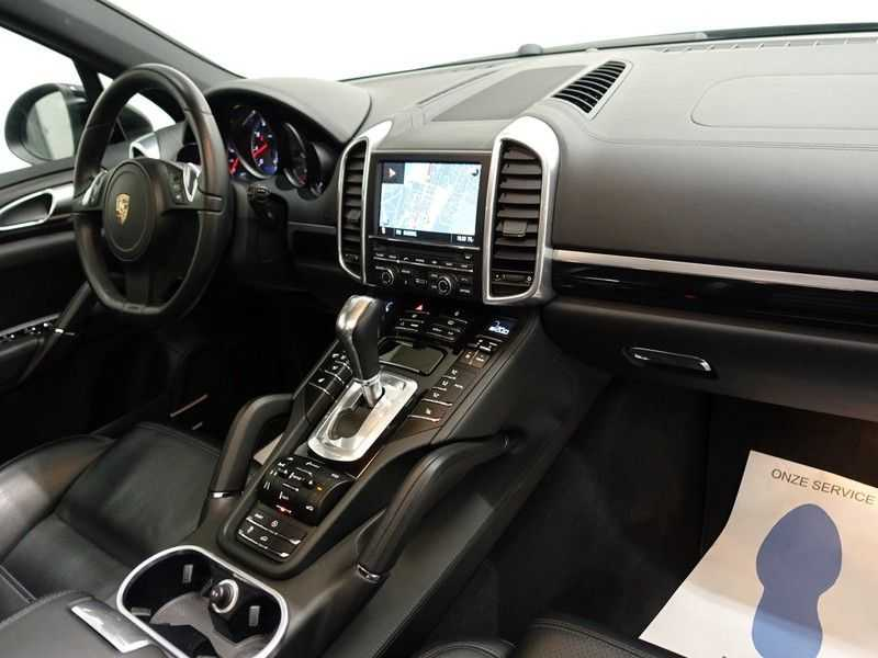 Porsche Cayenne 4.8 S 400pk Sport Chrono Tiptr Aut, Panoramadak, Leer, Camera, Black Edition afbeelding 19